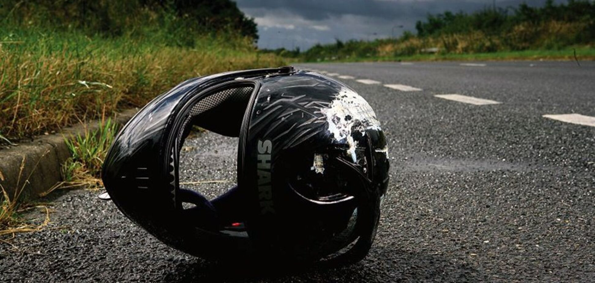 Калюжа крові й відірвані пальці: в Дніпрі мотоцикл влетів у Audi. Фото 18+