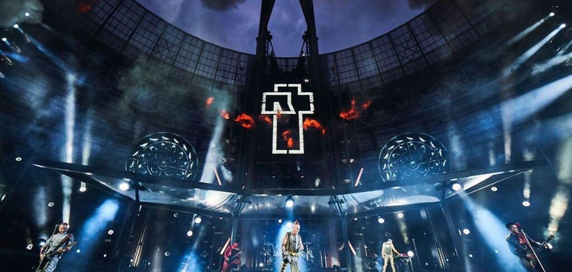 Музыканты Rammstein публично поцеловались в Москве: фото