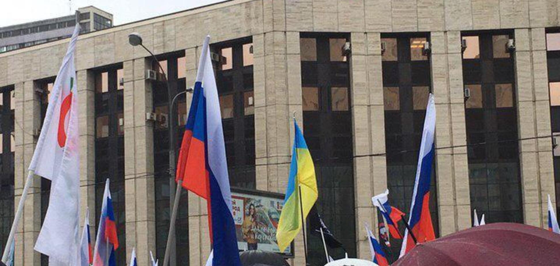 'Ви ох*їли?' На мітингу в Москві трапився інцидент через український прапор