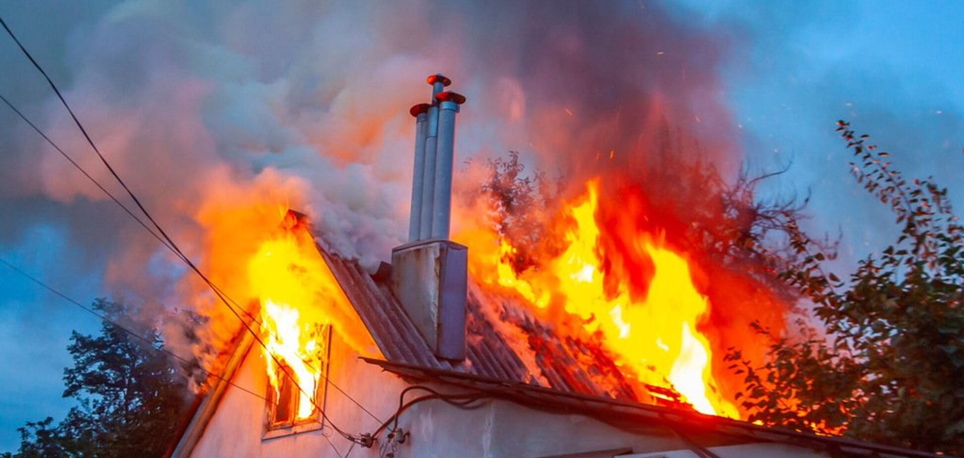 У пожежників не було води: в Дніпрі дотла згорів дах будинку. Відео