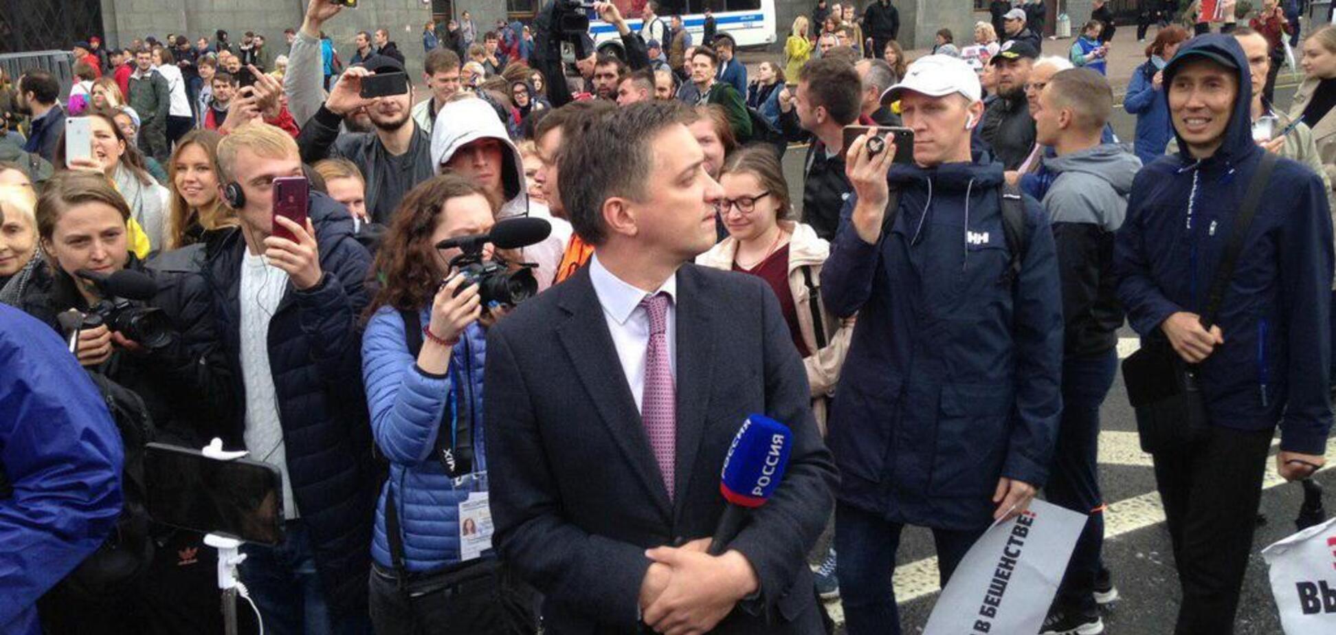 'Канал 'Росія' – ганьба Росії': на акції протесту в Москві освистали кремлівського пропагандиста