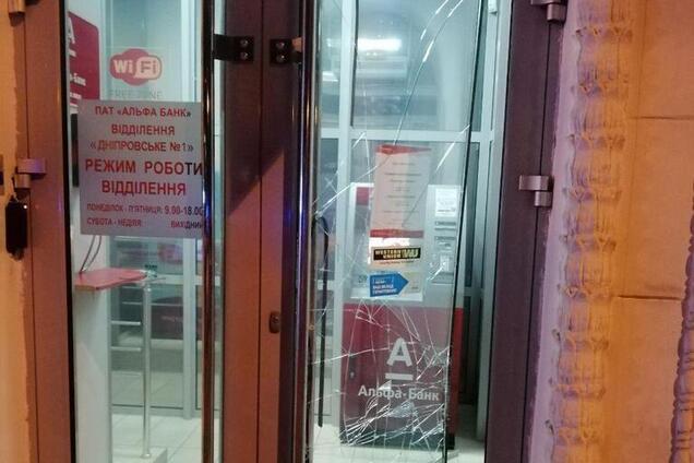 Невідомі вибили двері в закритому банку