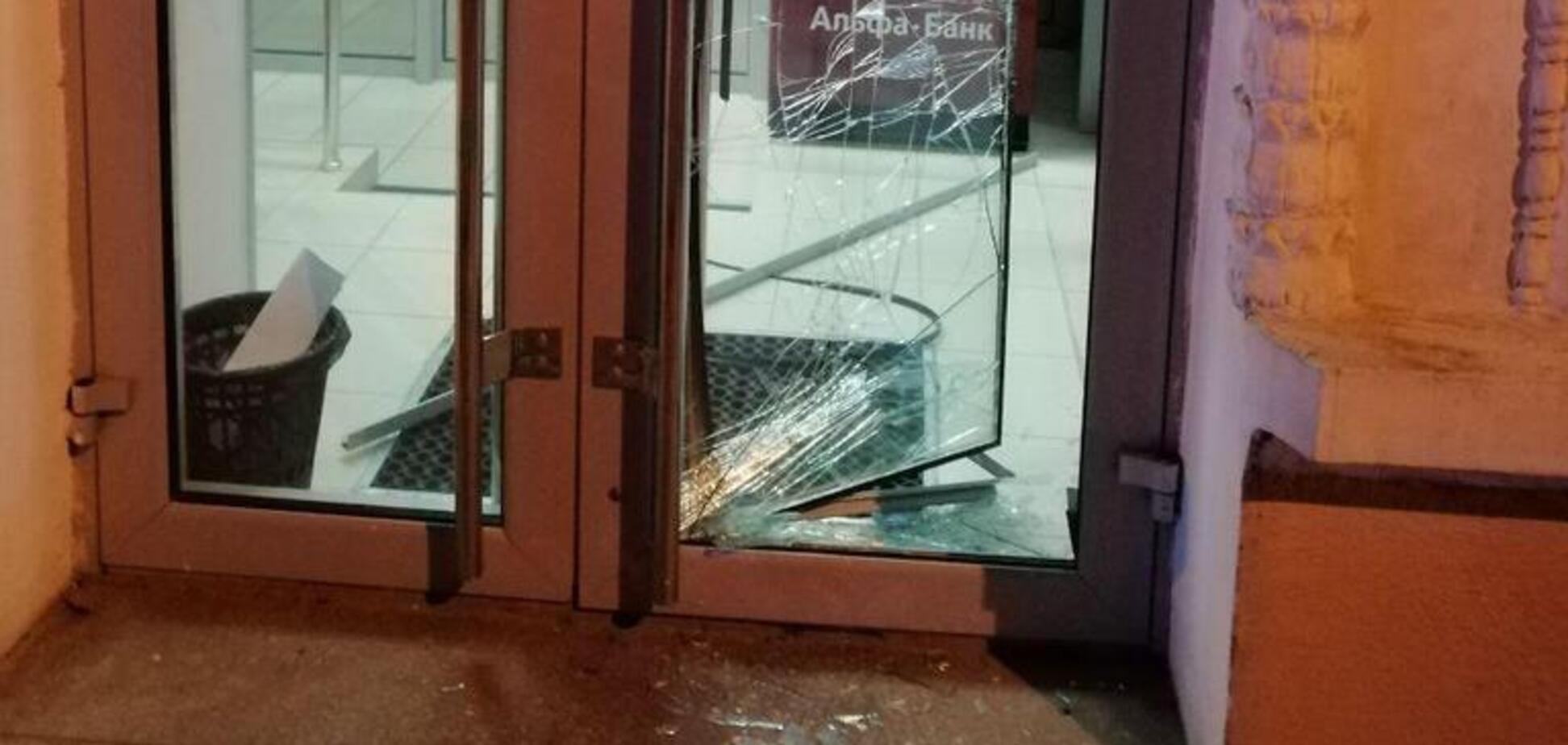 У Дніпрі невідомі спробували увірватися в банк: поліція шукає підозрюваного