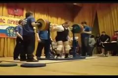 Кричал минуту: российский атлет получил жуткую травму, приседая со штангой - видео 18+