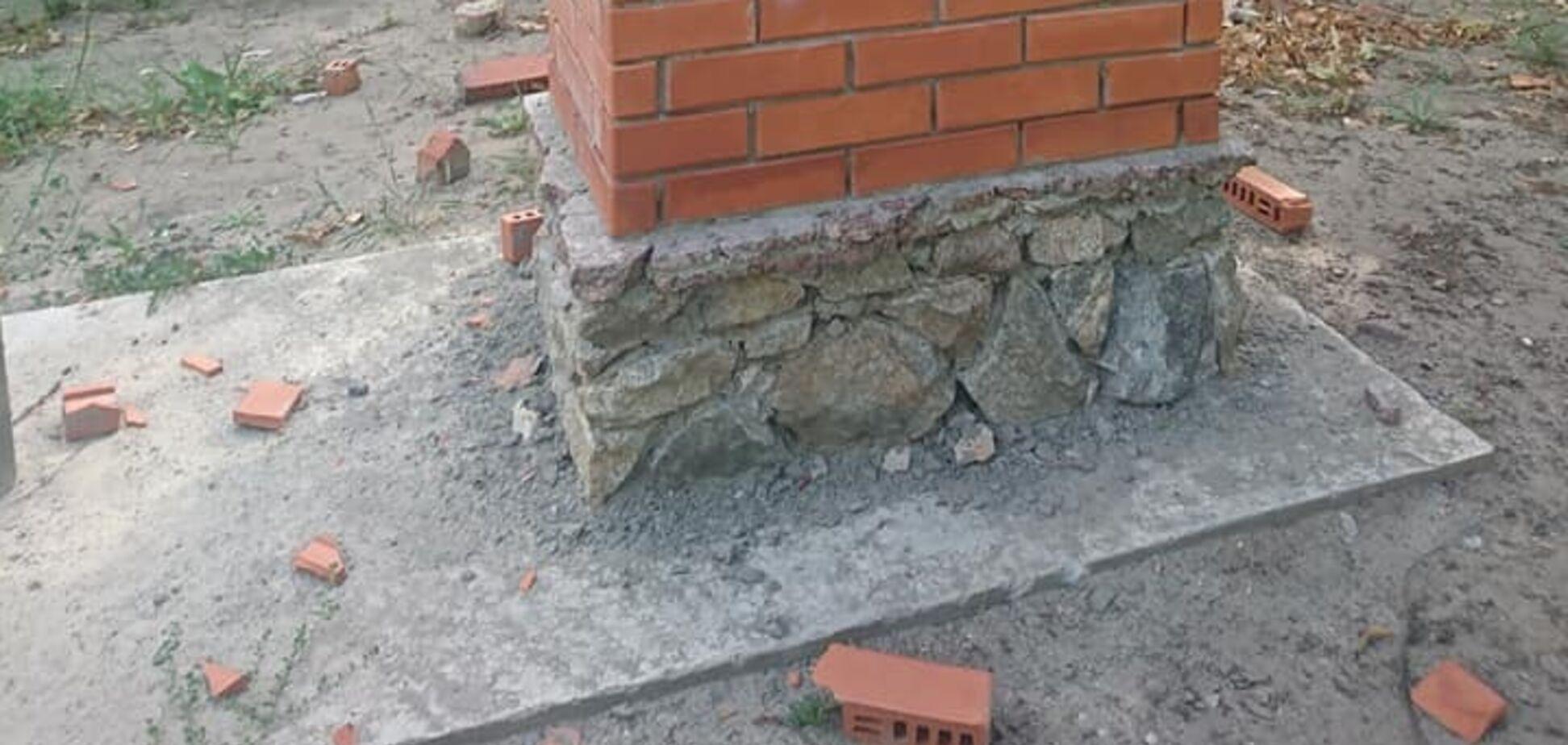 На Дніпропетровщині вандали розбили меморіал воїну АТО