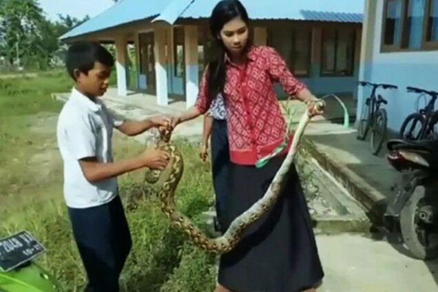 Индонезийский учительница спасла детей
