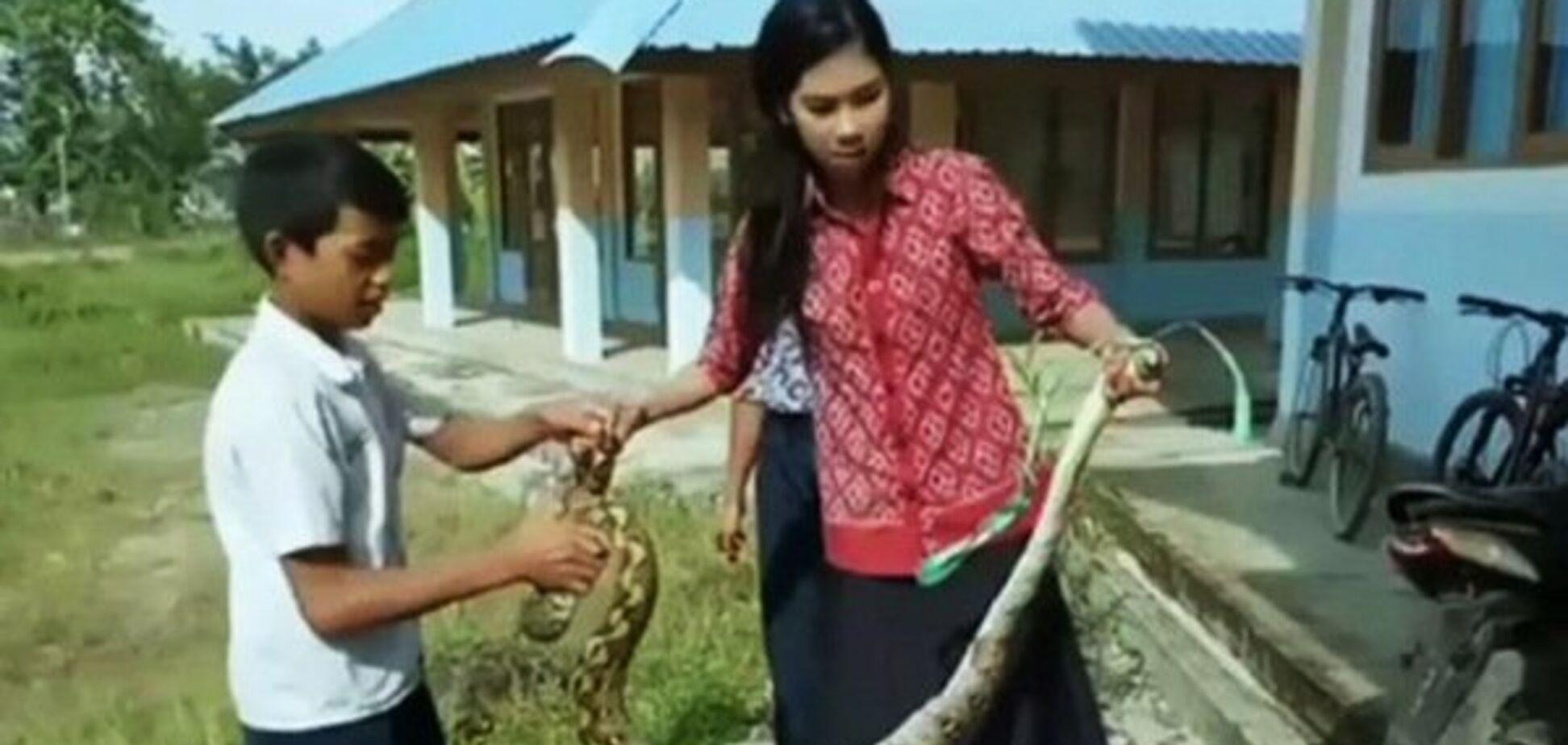 Схватила голыми руками: смелая учительница спасла детей от змеи. Фото