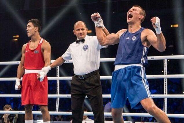 Чемпион мира по боксу Александр Хижняк (в синем)