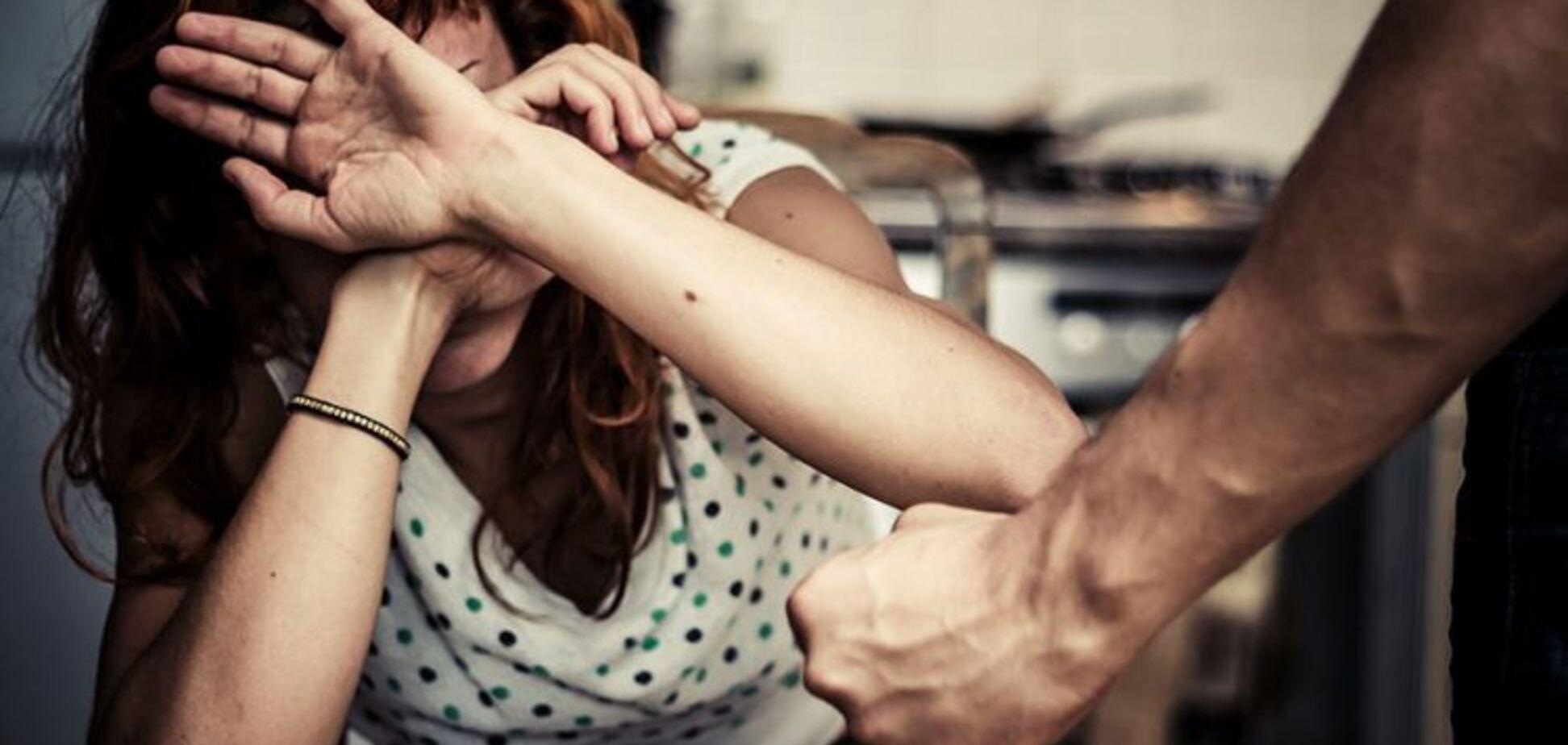 Бив кулаками: в Дніпрі чоловік напав на жінку посеред вулиці