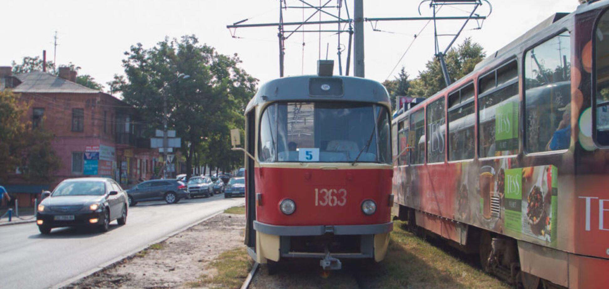 У Дніпрі п'яний чоловік впав під трамвай: відео моторошного інциденту