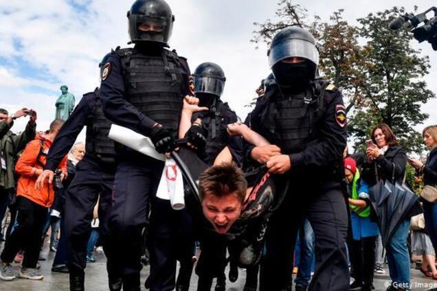 Задержание участника протестов в Москве 10 августа 2019 года