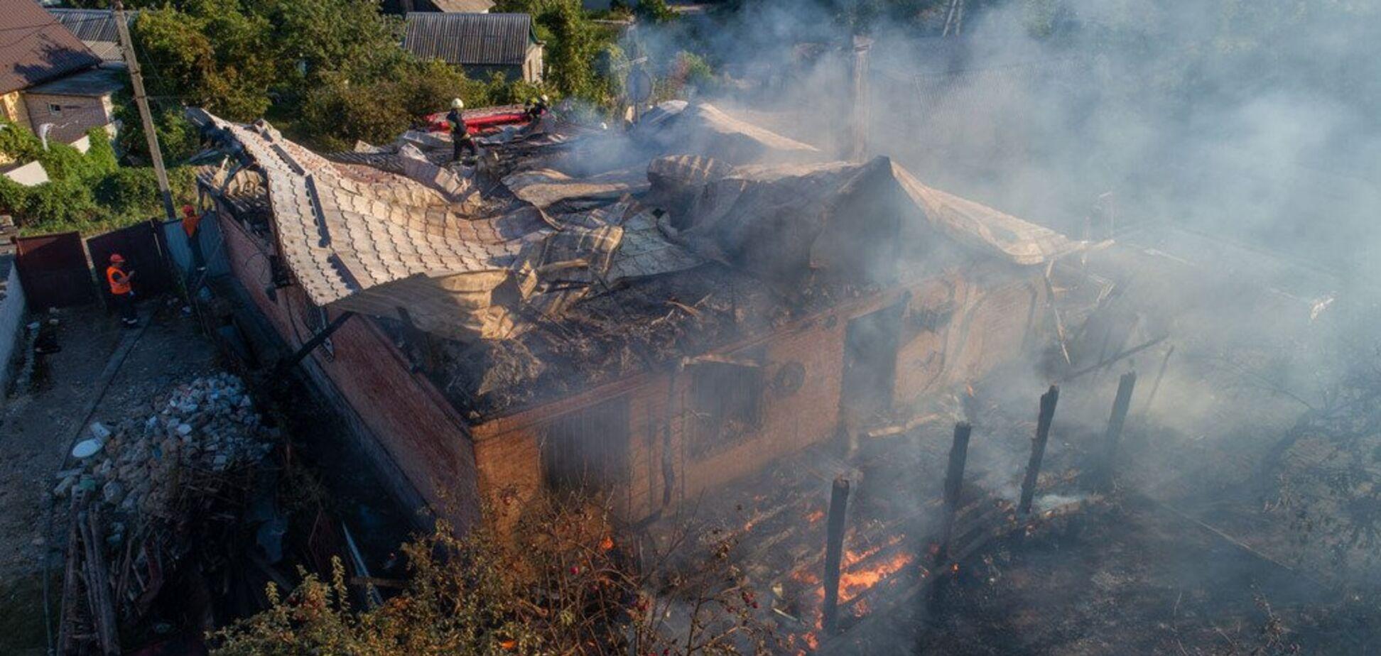 Дах 'стріляв': в Дніпрі сталася масштабна пожежа в приватному секторі