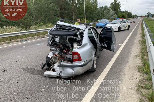 У Києві фургон із хлібом розчавив авто