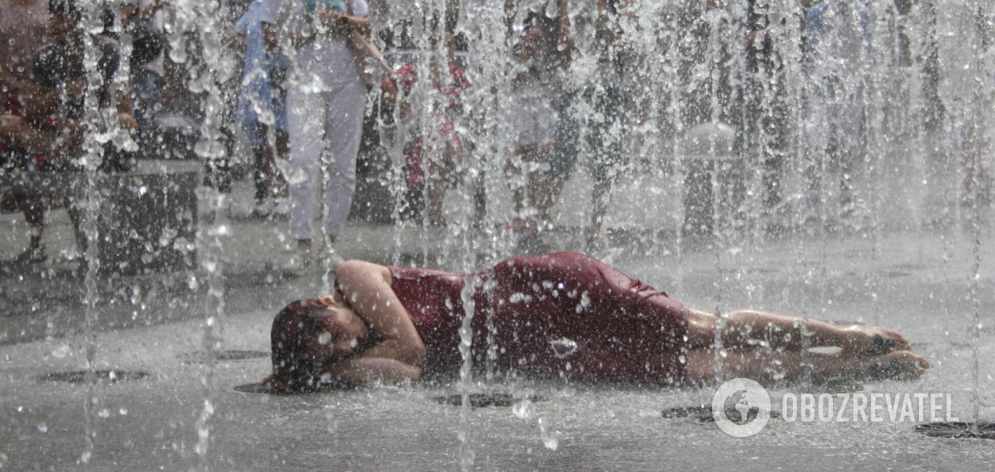 В Днепре девушка 40 минут лежала в фонтане: фото и подробности