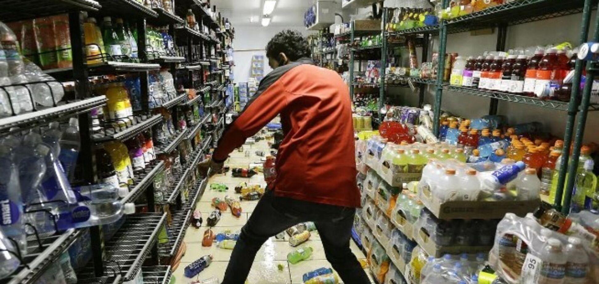 У Дніпрі дебошир атакував супермаркет і катався по рейках