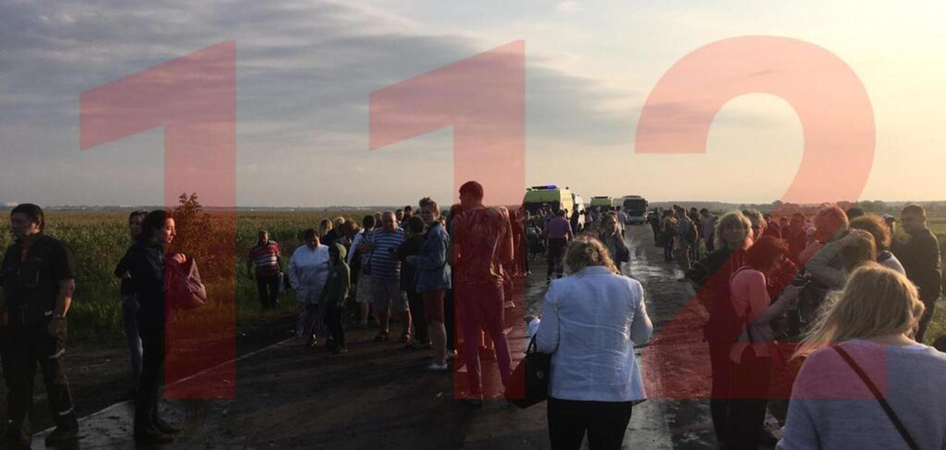 Летевший в Крым самолет загорелся и сел среди поля: десятки пострадавших