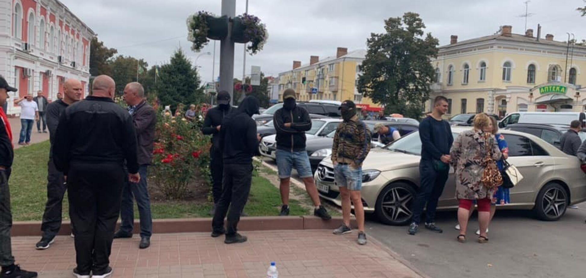 Фаєри та тітушки: на Чернігівщині будівлю ОВК взяли у 'блокаду'. Фото і відео