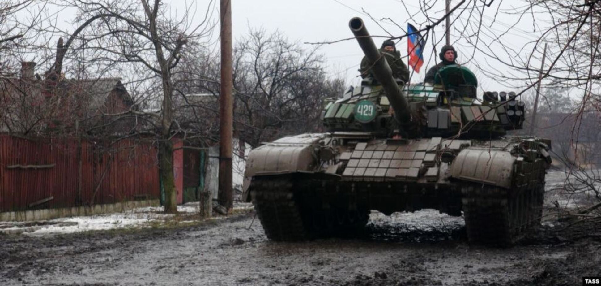 Терористи на Донбасі втопили власний танк: є загиблі