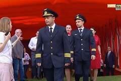 Стадион устроил овации экипажу, посадившему самолет на кукурузное поле в Подмосковье