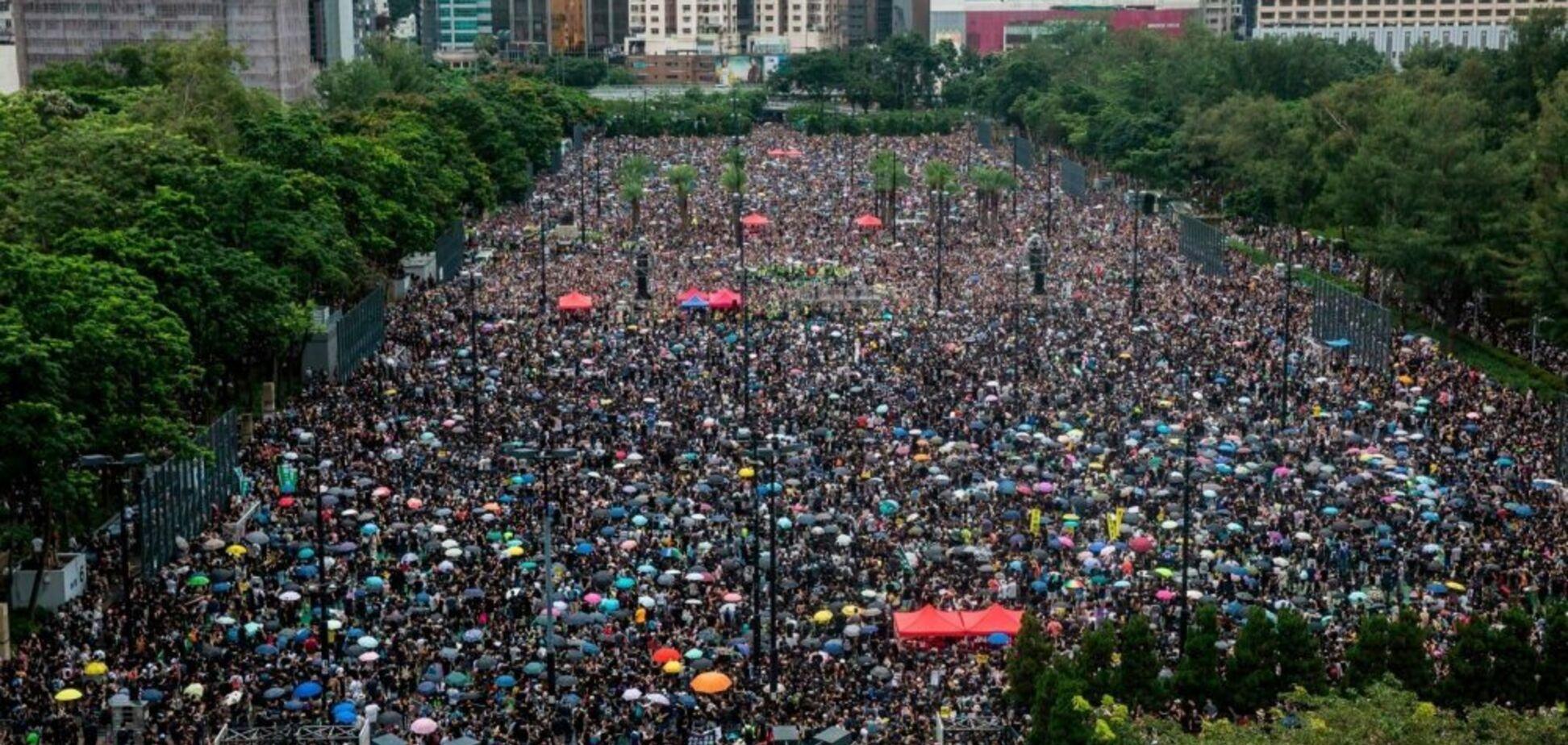 У Гонконзі на вулиці вийшли сотні тисяч протестувальників. Вражаючі фото і відео