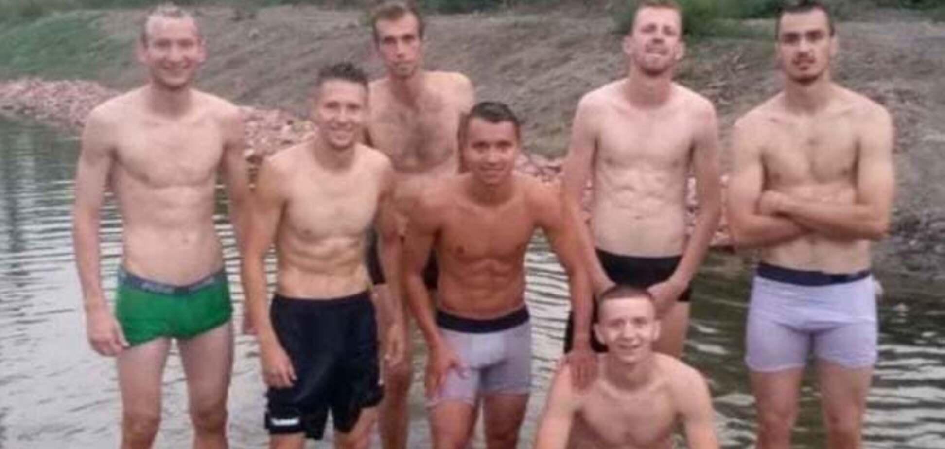 Українським футболістам після матчу довелось митися у канаві - фотофакт