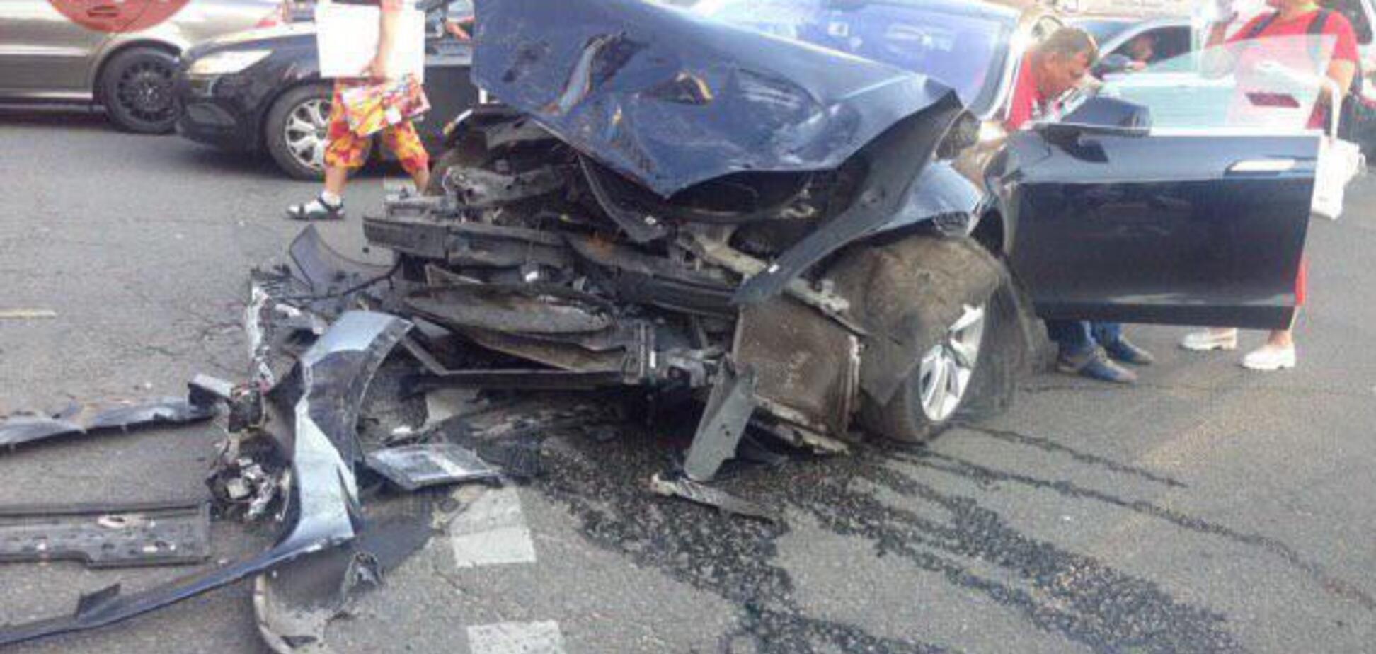 У Києві Range Rover 'зловив' Tesla та влетів у пішоходів: фото і відео страшної аварії