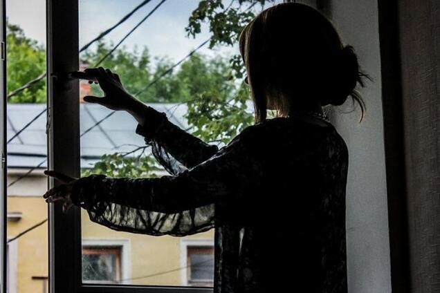 Дівчина вистрибнула з вікна