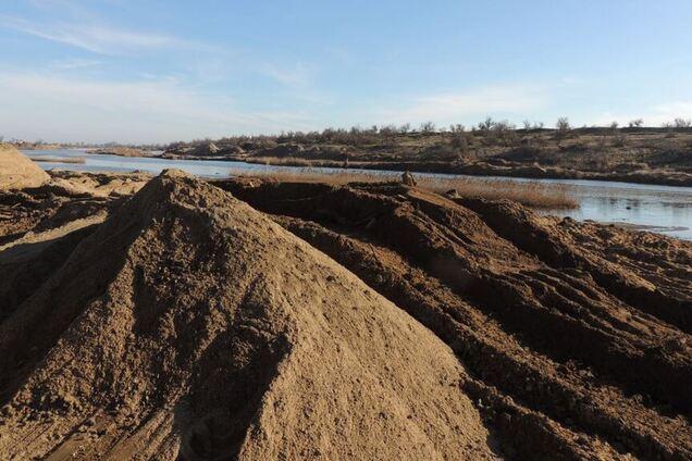 Добыча ядовитого песка в Крыму