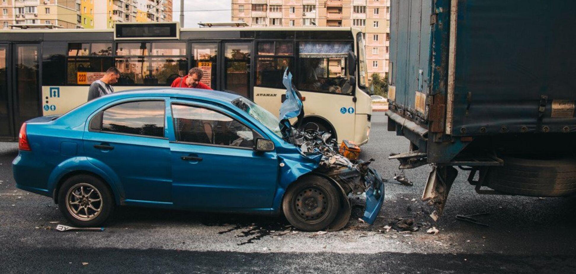 'Врізався у фуру на повному ходу': у Києві трапилася ДТП із постраждалими