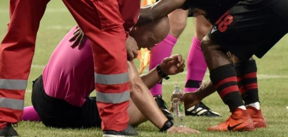Арбитра увезли в скорой: в матче Лиги Европы вспыхнул грандиозный скандал — видео