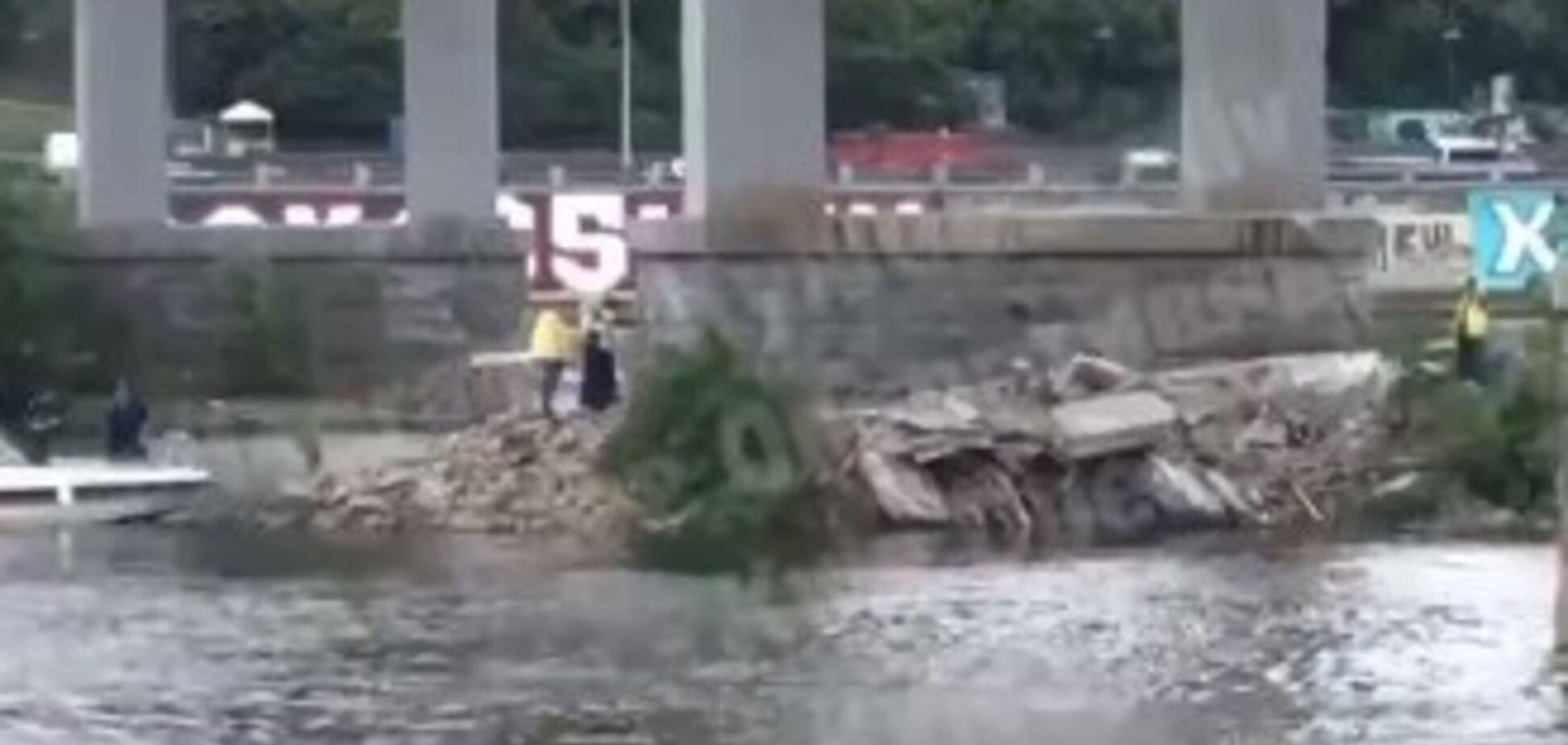 'Черговий втомлений': у Києві обвалилася частина Пішохідного мосту. Відео