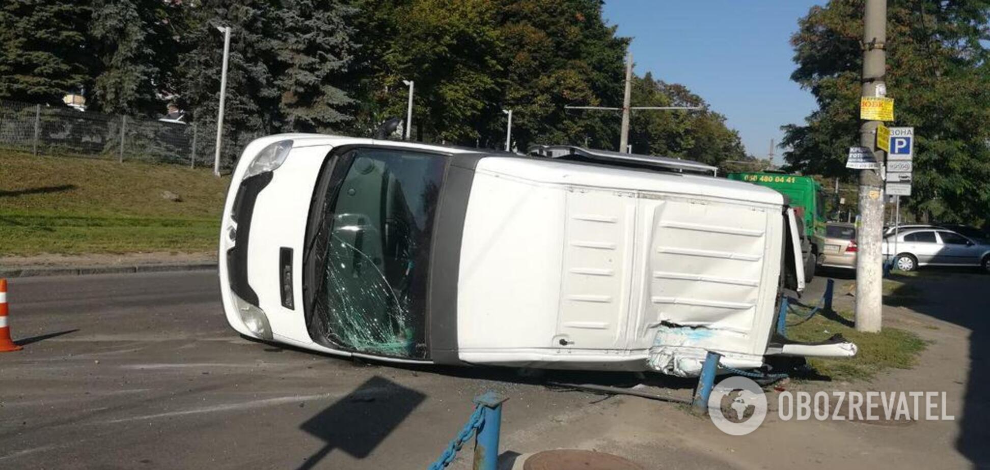 У Дніпрі перекинувся мікроавтобус: є постраждалі. Фото