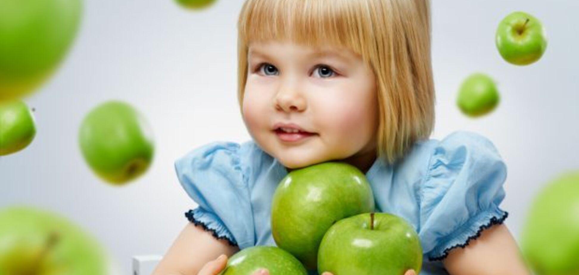Дитина з яблуком