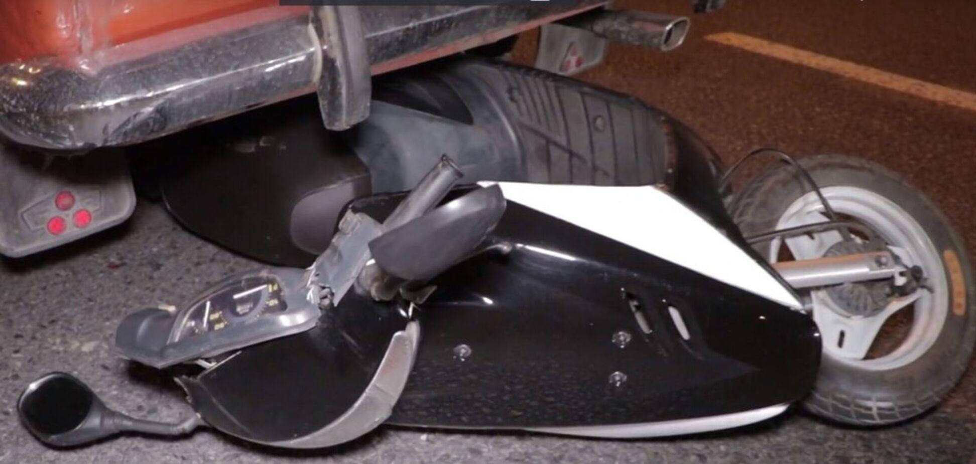 Втратив зуби: в Дніпрі мопедист потрапив під авто. Відео