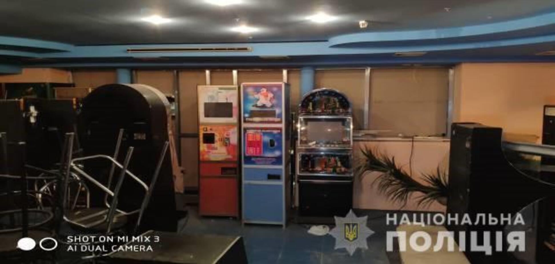 Поліція 'накрила' підпільний гральний зал у Нікополі: вилучили десятки автоматів