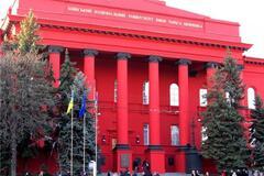 Красный корпус университета Шевченко побелел: в чем дело