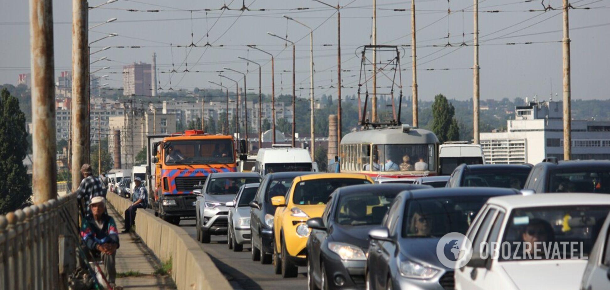 Мережа в шоці: на мосту в Дніпрі 'танцювали' ліхтарі. Відео