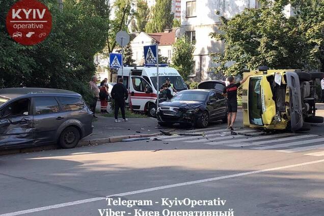 """В Киеве """"не поделили дорогу"""" четыре авто"""