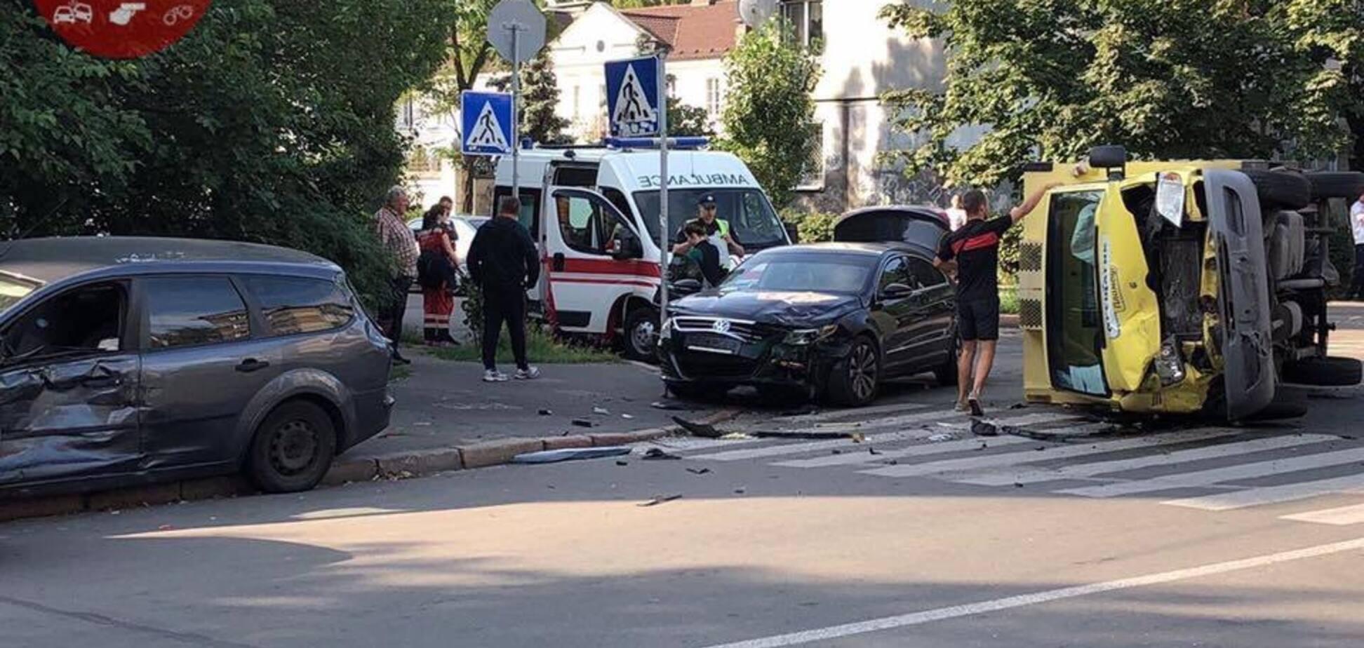 В Киеве 'не поделили дорогу' четыре авто