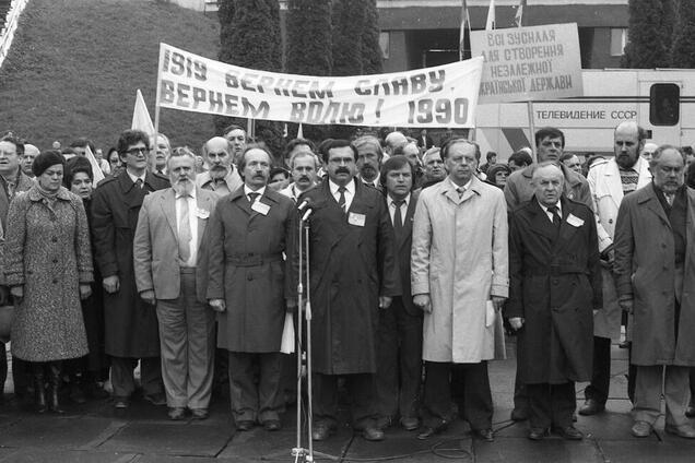 Скільки посад голів комітетів віддала опозиції правляча компартія у 1990 році?