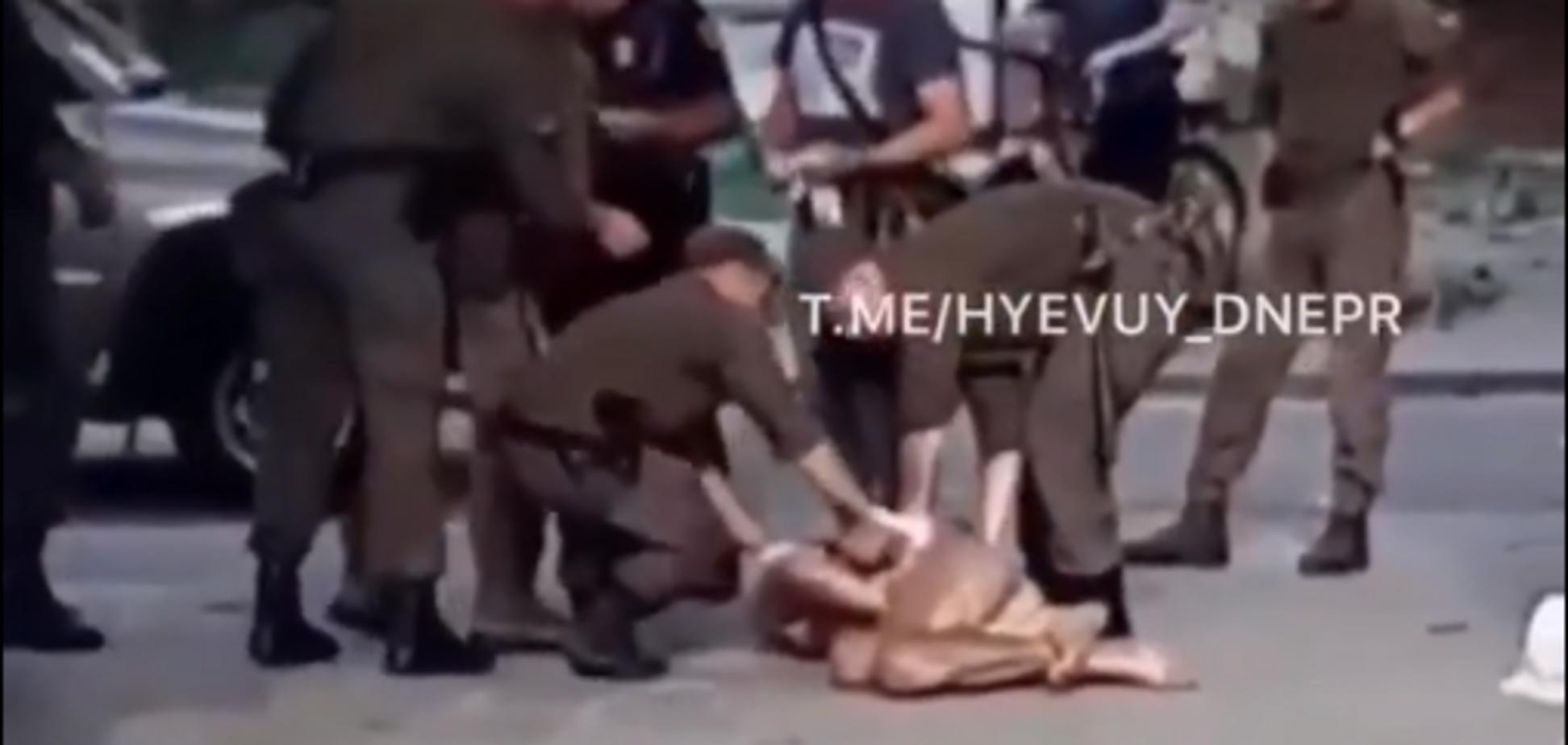 У Дніпрі голий неадекват влаштував догонялки з поліцією: фото і відео 18+