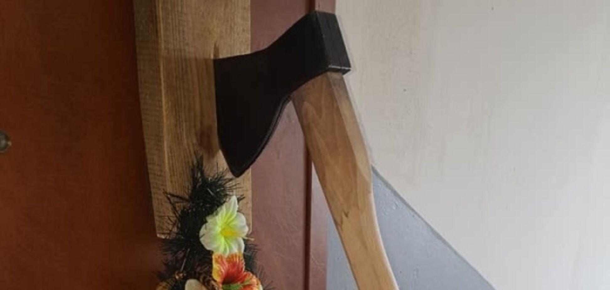 Труна з хрестом і сокира в дверях: відомому активісту пригрозили вбивством. Фото