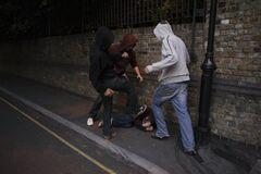 Били ногами: в Дніпрі натовп підлітків жорстоко розправився з чоловіком. Відео