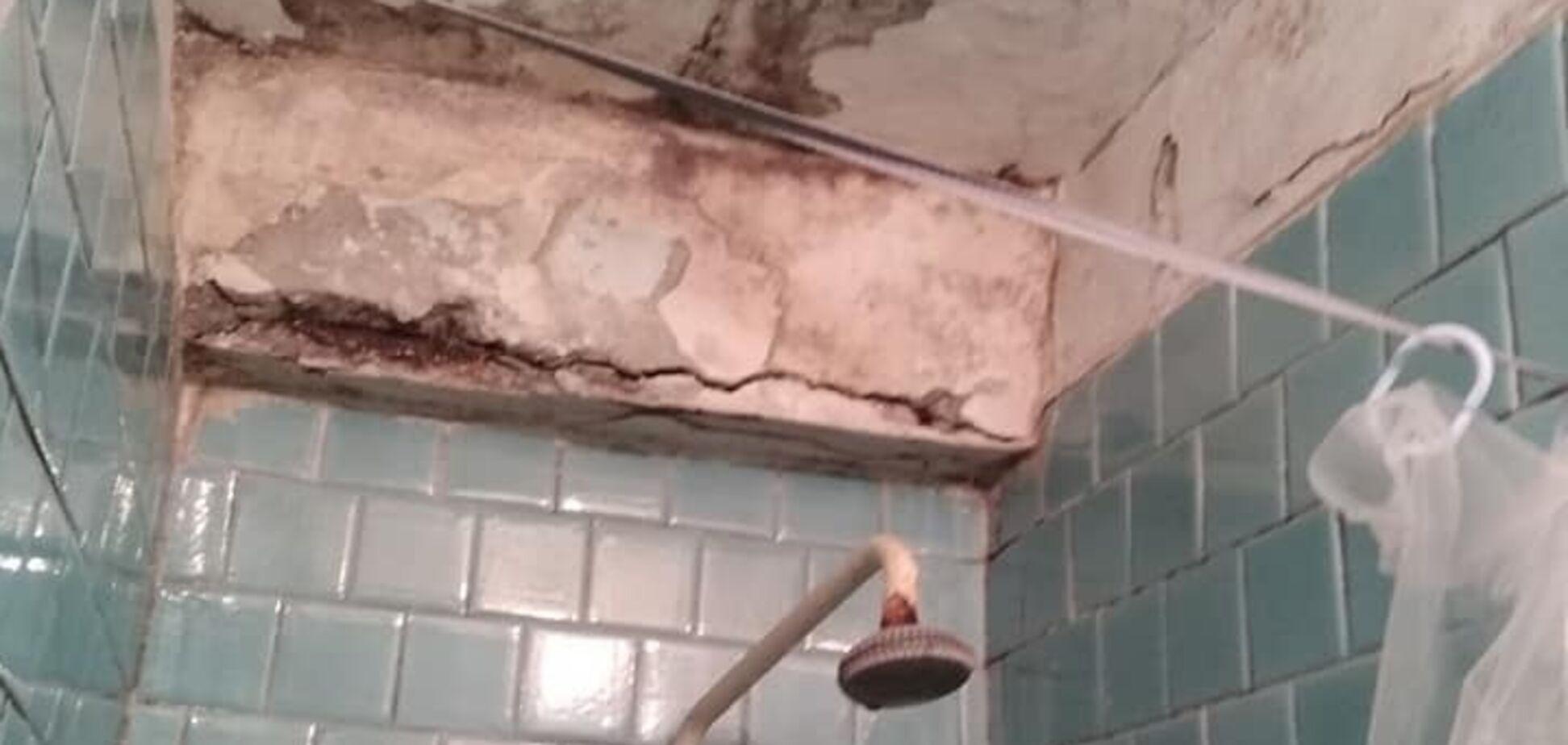 Пліснява і розбиті стелі: жахливий стан гуртожитку в Миколаєві обурив мережу