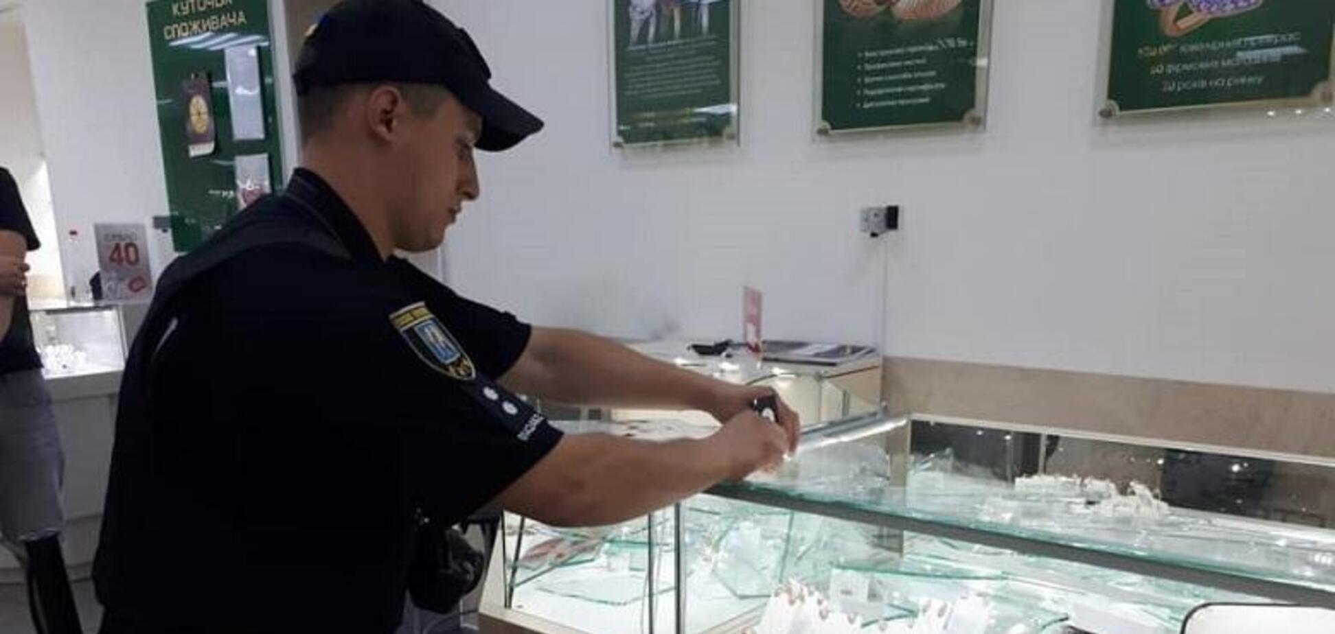 У Києві влаштували зухвале збройне пограбування ювелірного: фото з місця злочину