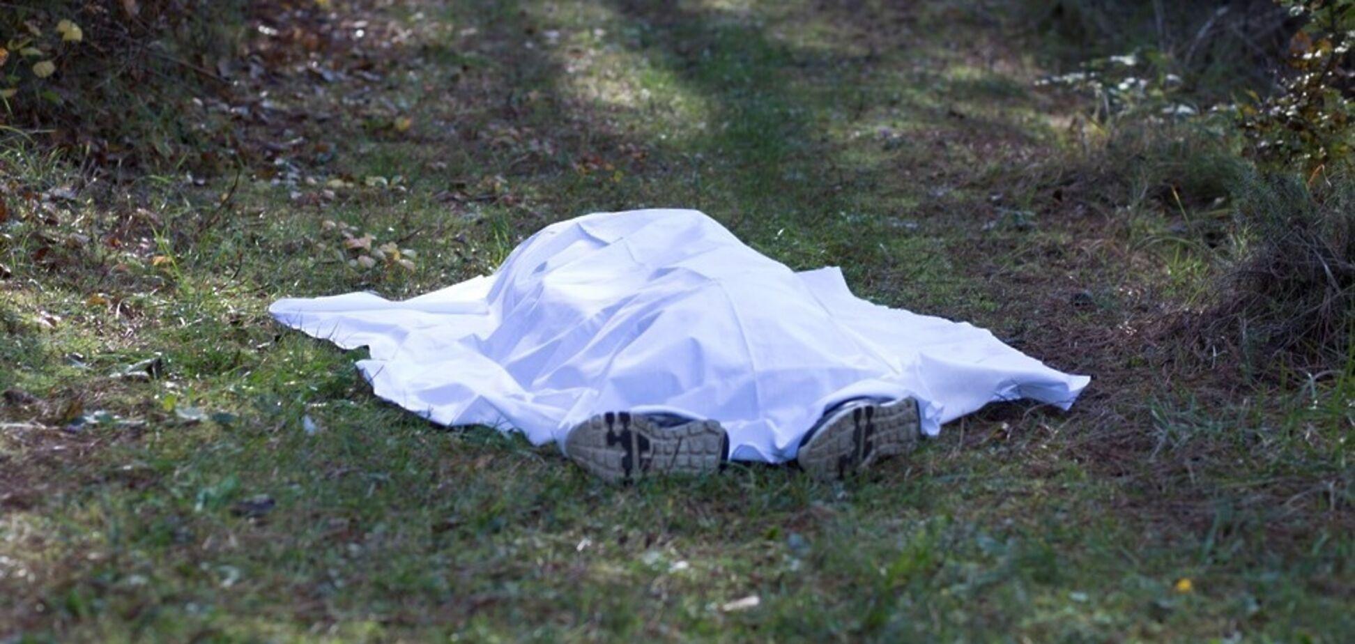 Лежал под деревом: в Кривом Роге нашли мертвого мужчину. Фото 18+