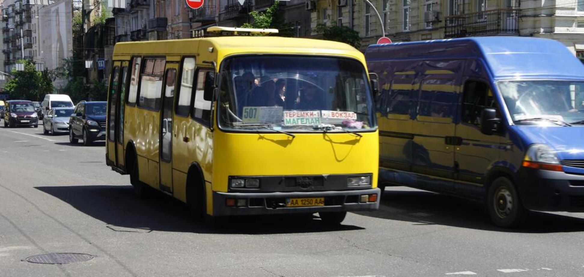 'Люди в салоне кричали!' В Киеве маршрутка с пассажирами попала в жуткое ДТП