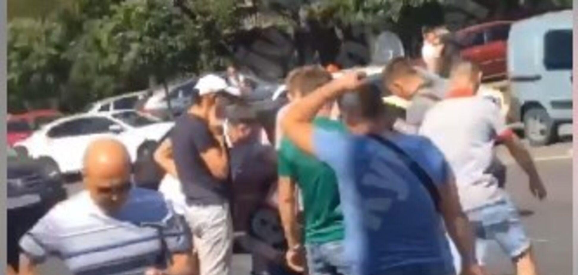 У Києві біля ТРЦ авто збило поліцейського: водій зник