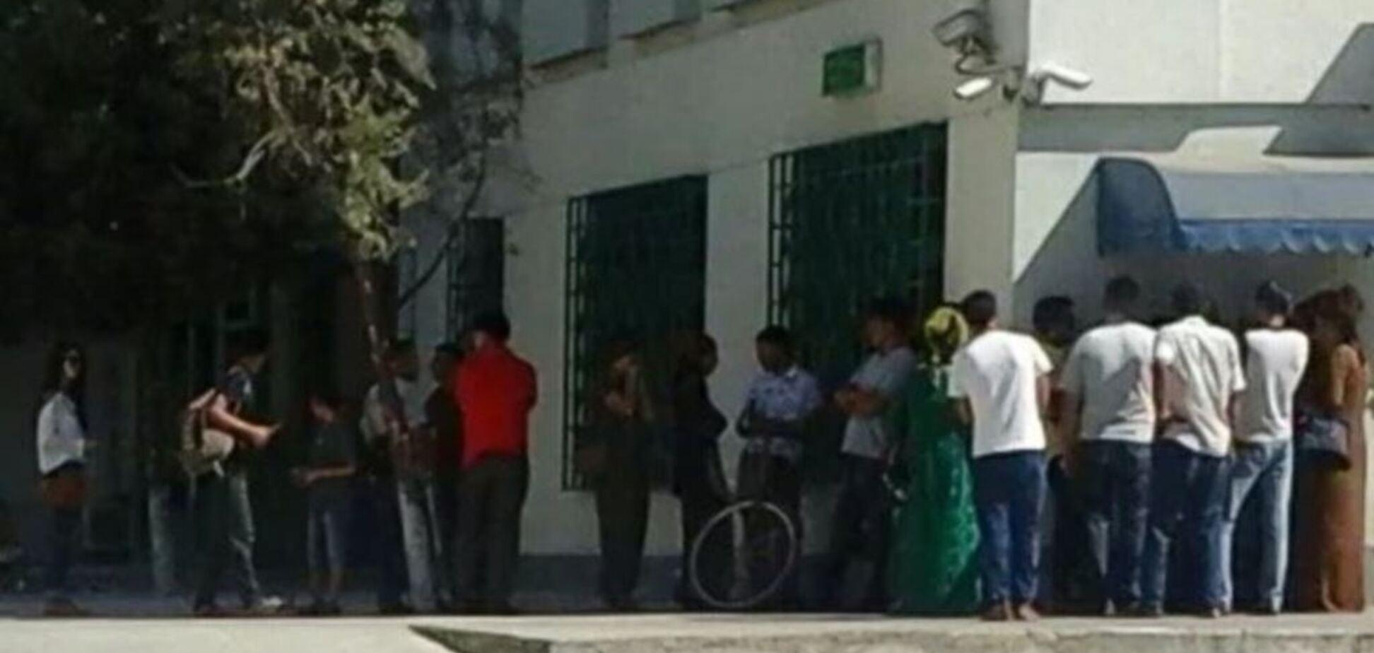 'Не стійте в чергах': у Туркменістані поліція влаштувала полювання на людей біля банкоматів