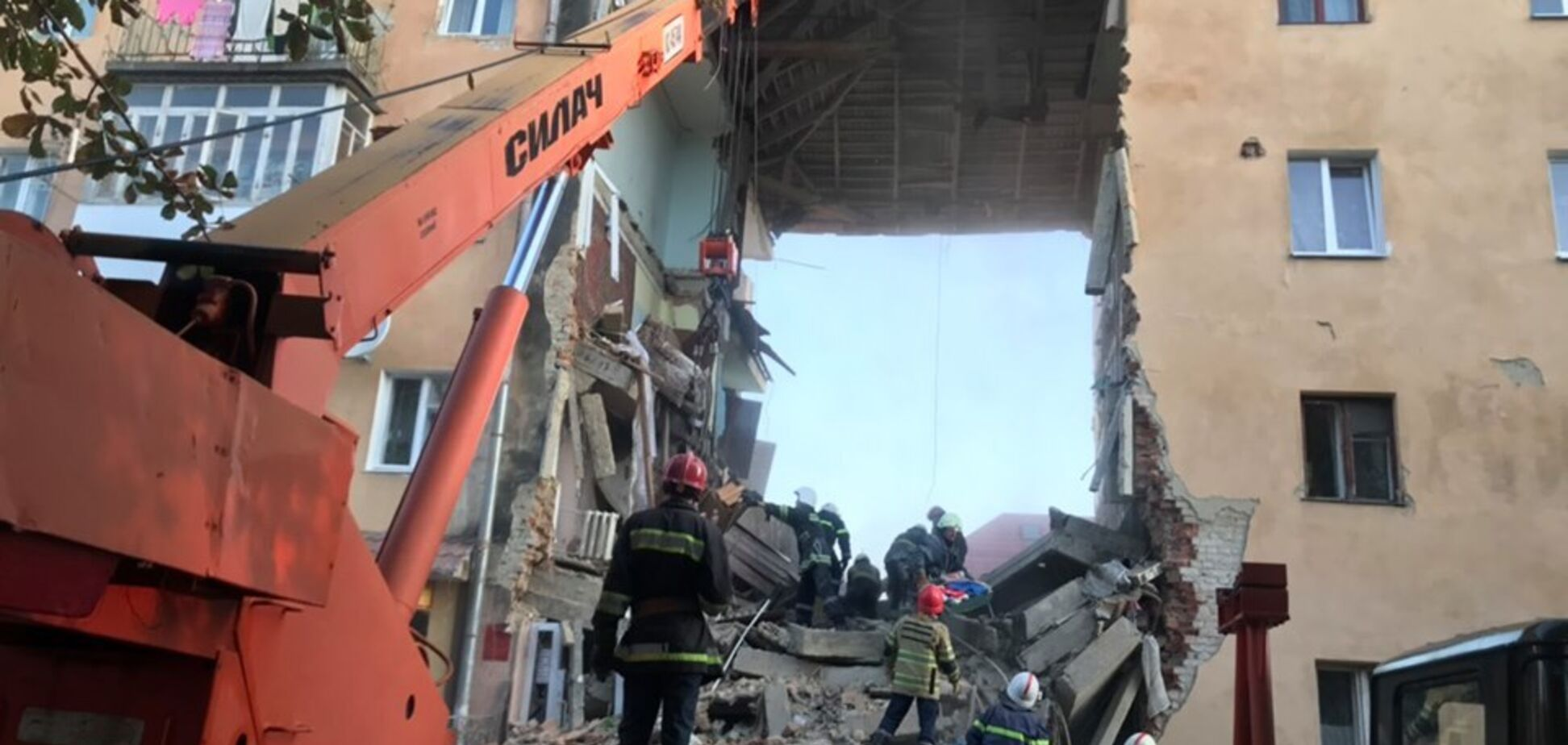 Потужний вибух у Дрогобичі: з'явилися нові фото й відео моторошного обвалу